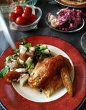 Aile de poulet avec de la salade végétale, petit déjeuner délicieux, déjeuner, dîner Photographie stock libre de droits