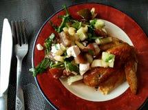 Aile de poulet avec de la salade végétale, petit déjeuner délicieux, déjeuner, dîner Photos libres de droits