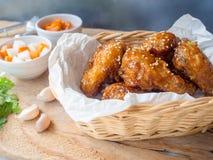 Aile de poulet cuite à la friteuse avec de la sauce à ail dans le style coréen images stock