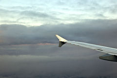 Aile des aéronefs dans le ciel Image stock