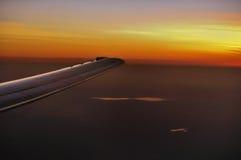 Aile des aéronefs pendant le coucher du soleil Photographie stock libre de droits