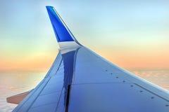 Aile des avions en ciel de rose d'aube photo libre de droits