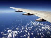 aile dispersée par configuration de nuage d'avion Photographie stock libre de droits