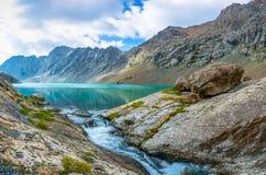 Aile du nez-Kul de lac de montagne de panorama, Kirghizistan Photos stock