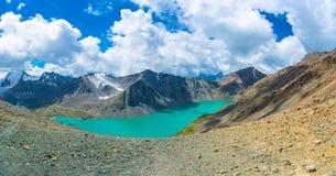 Aile du nez-Kul de lac de montagne de panorama, Kirghizistan Photos libres de droits