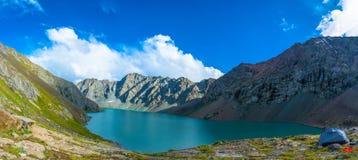 Aile du nez-Kul de lac de montagne de panorama, Kirghizistan Image libre de droits