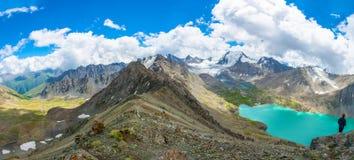Aile du nez-Kul de lac de montagne de panorama, Kirghizistan Image stock