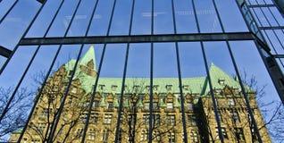 Aile occidentale des constructions du Parlement reflétées photographie stock libre de droits