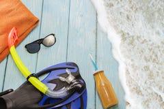 Ailerons et prise d'air bleus pour nager sur le fond bleu-clair, Images stock