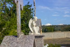 Ailes d'ange sur la pierre tombale image stock