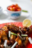 Ailes de poulet asiatiques caramélisées avec le foyer sélectif Photo stock