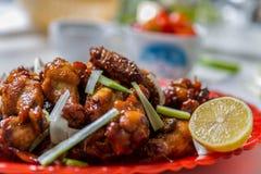 Ailes de poulet asiatiques caramélisées avec le foyer sélectif Photo libre de droits