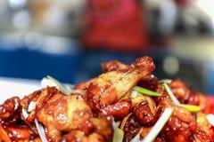 Ailes de poulet asiatiques caramélisées avec le foyer sélectif Photographie stock libre de droits