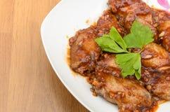 Ailes de poulet avec de la sauce au vin rouge Image libre de droits
