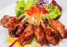 Ailes de poulet avec de la sauce à barbecue Photo libre de droits