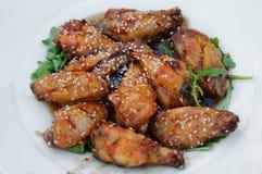 Ailes de poulet avec de la sauce chaude Image stock