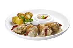 Ailes de poulet bourrées avec des légumes D'un plat blanc photo stock