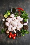 Ailes de poulet crues avec des ingrédients pour la cuisson Vue supérieure avec la cannette de fil photos libres de droits