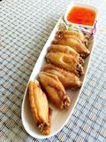 Ailes de poulet cuites à la friteuse Photos stock