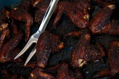 Ailes de poulet cuites au four en sauce de soja foncée Photos libres de droits