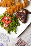 Ailes de poulet cuites au four en sauce de soja foncée Photo stock