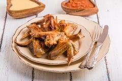 Ailes de poulet de BBQ avec de la sauce Photographie stock libre de droits
