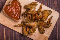 Ailes de poulet de BBQ avec de la sauce Images stock