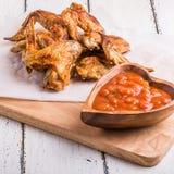 Ailes de poulet de BBQ avec de la sauce Image libre de droits