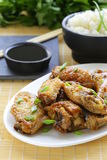Ailes de poulet frit avec de la sauce épicée Images libres de droits