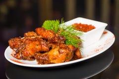 Ailes de poulet frit avec de la sauce Photo stock