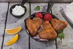Ailes de poulet frit avec de la sauce dans la poêle Photographie stock
