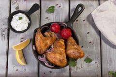 Ailes de poulet frit avec de la sauce dans la poêle Photo libre de droits