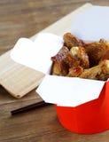 Ailes de poulet frit avec la sauce de soja Images stock