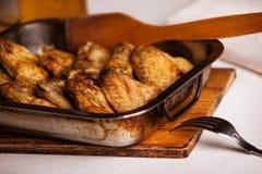 Ailes de poulet frit dans la four-casserole Photos libres de droits