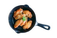 Ailes de poulet frit faites maison sur la casserole d'isolement sur le fond blanc Images stock