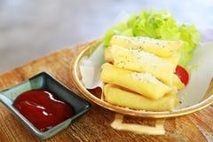 Ailes de poulet frit ou poulet frit avec le légume et la sauce sur le plat blanc le poulet frit est mauvais cholestérol et mauvai Images libres de droits