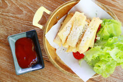 Ailes de poulet frit ou poulet frit avec le légume et la sauce sur le plat blanc le poulet frit est mauvais cholestérol et mauvai Photos libres de droits