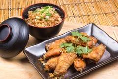 Ailes de poulet frit servies avec du riz de friture Image stock