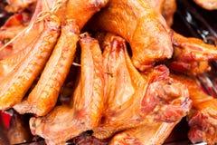 Ailes de poulet fumées délicieuses dans le panier rustique Images stock