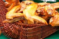 Ailes de poulet fumées délicieuses dans le panier rustique Photos stock