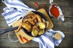 Ailes de poulet grillées avec de la sauce épicée rouge Photo stock
