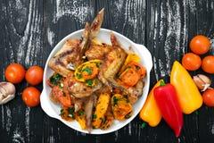 Ailes de poulet grillées, avec des légumes Image stock