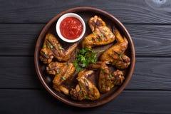 Ailes de poulet grillées avec la sauce tomate image stock