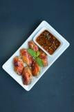 Ailes de poulet grillées avec le style thaïlandais épicé rouge Photographie stock libre de droits