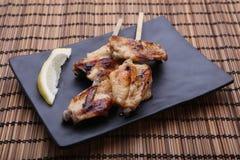 Ailes de poulet grillées savoureuses avec la chaux Photographie stock libre de droits