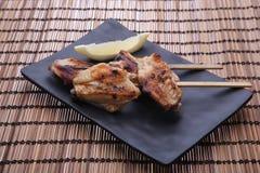 Ailes de poulet grillées savoureuses avec la chaux Image libre de droits