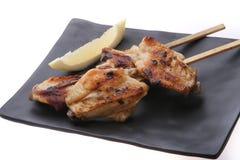 Ailes de poulet grillées savoureuses avec la chaux Image stock
