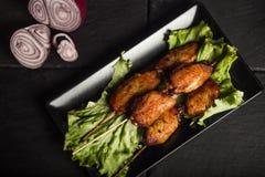 Ailes de poulet grillées savoureuses Fond foncé Aliments de préparation rapide Vue supérieure photo stock