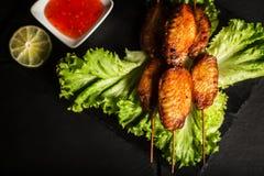 Ailes de poulet grillées savoureuses Fond foncé Aliments de préparation rapide Vue supérieure images stock