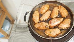 Ailes de poulet marinées faisant cuire la casserole frite Photos stock